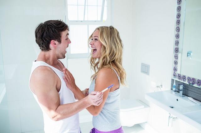 洗面所で笑いあう男性と女性