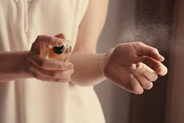 香水をふりかける女性