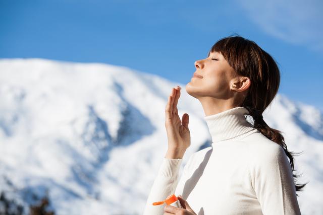 雪山にいる女性