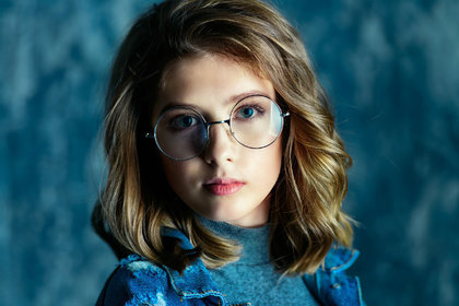 眼鏡をかけたブルベの女性