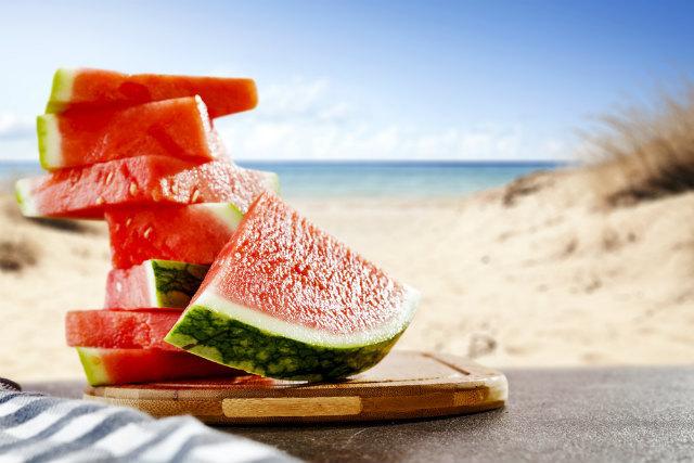 夏の海とスイカ