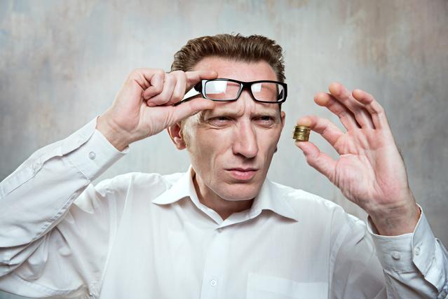 メガネをずらす男性