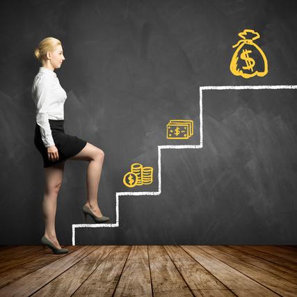 目標の階段を上る女性