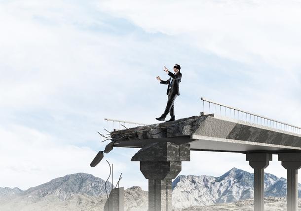 壊れた橋を歩く男性