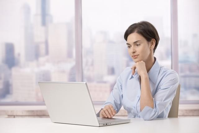 パソコンで仕事をする女子絵