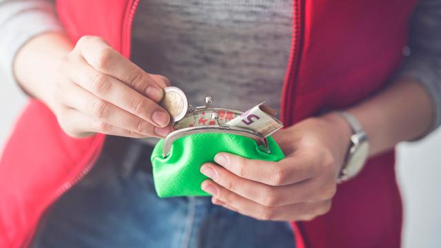 財布を開く人の手元
