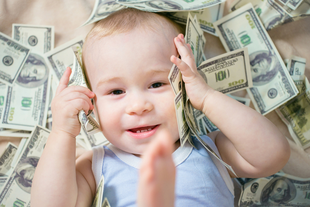 頭を触る赤ちゃん