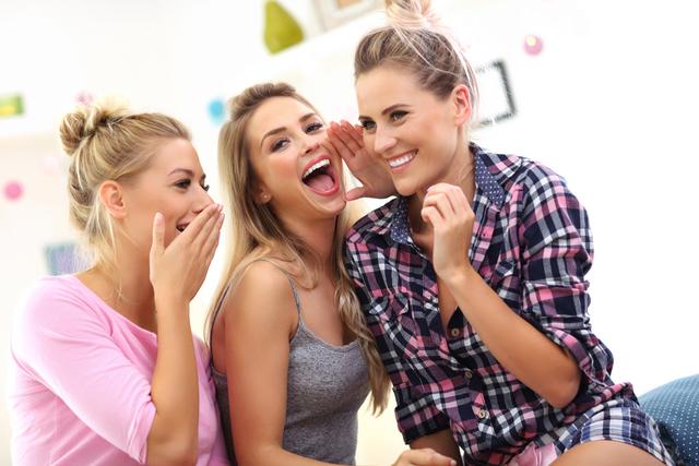 噂話をする女性たち