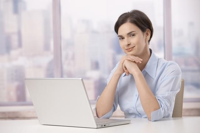 パソコンの前に座った女性