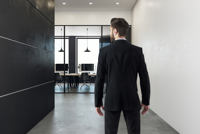 部屋を見ている男性