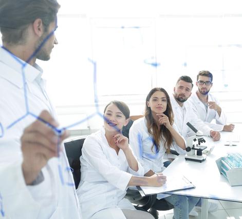 化学を学ぶ人たち