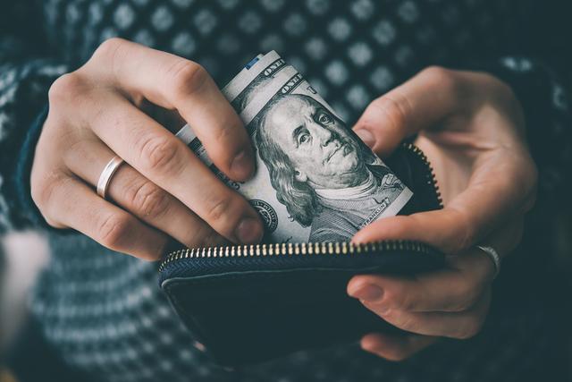 財布から紙幣を出す人