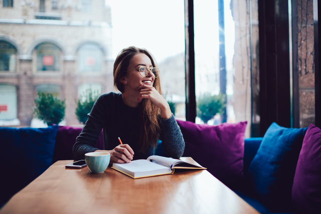 一人カフェを楽しむ女性