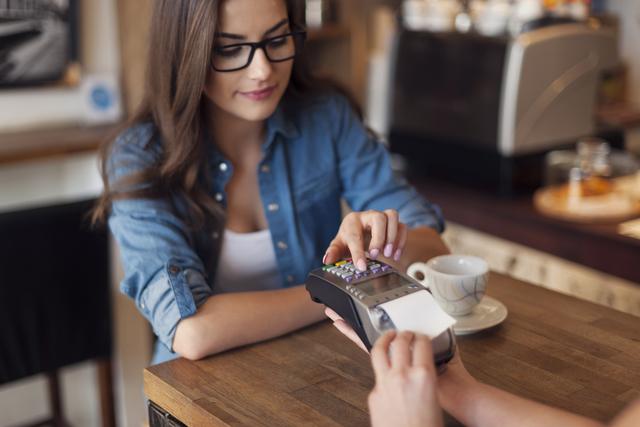カフェでくつろぐメガネの女性