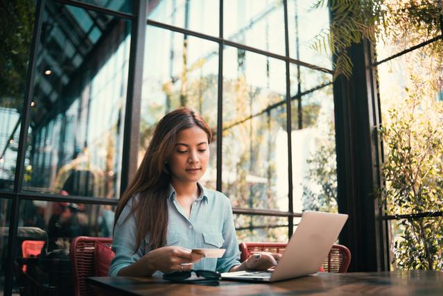 カフェでパソコンを広げている女性