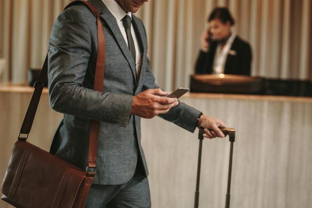 携帯触る男性