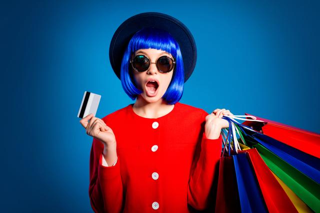 カードと買い物袋を持つ女性