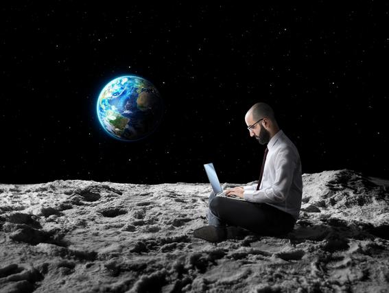 宇宙にいる男性