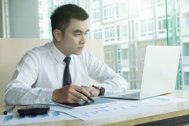 白いパソコンを使う男性