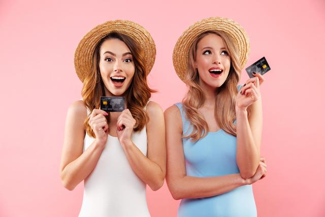 麦わら帽子をかぶった女性2人