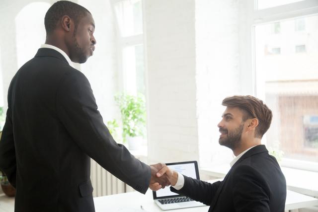 握手を交わすビジネスマン