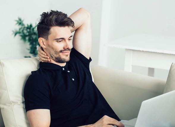 パソコン画面を見つめる男性