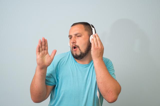 ヘッドフォンする男性