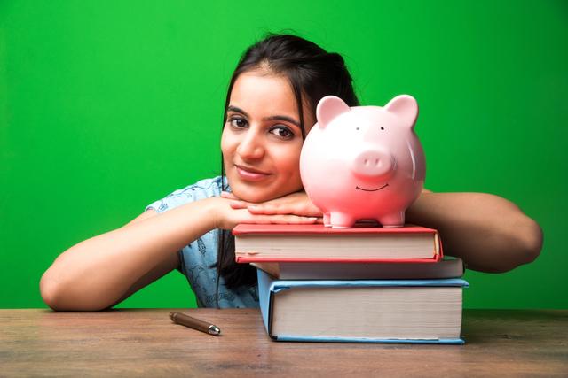 豚の貯金箱と女性