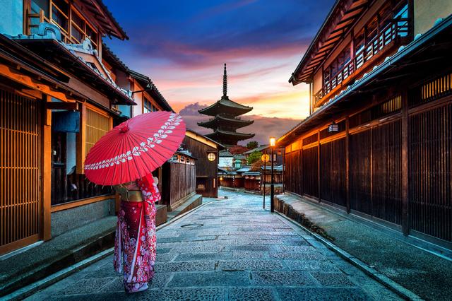 和傘を指す女性