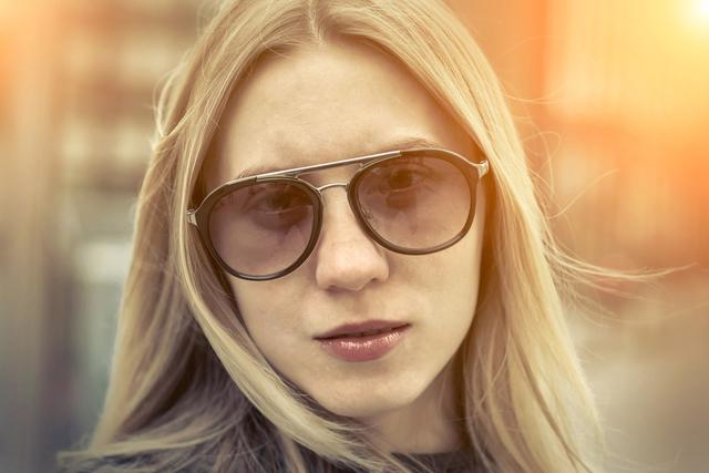 ブラウンのサングラスをかけた女性