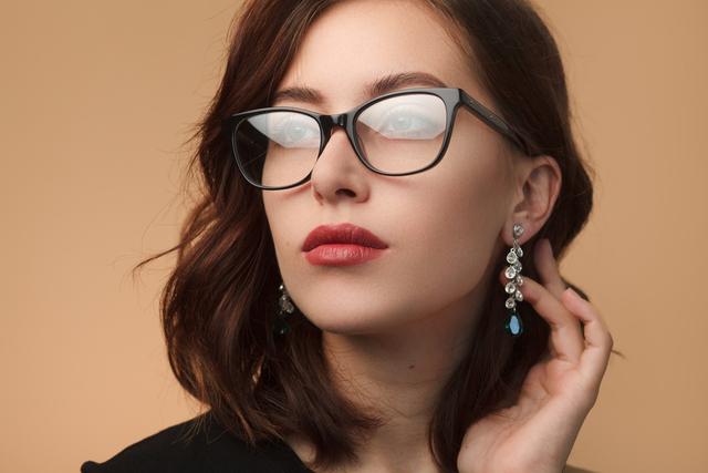 黒ぶちメガネをかけている女性
