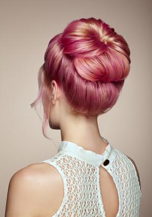 ピンクの髪色の女性