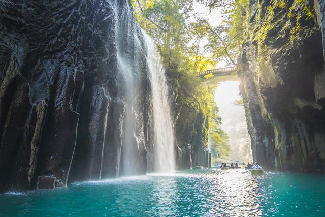 美しい滝の情景画像
