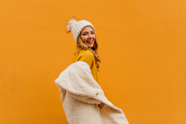 オレンジの背景にいる女性