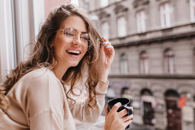 外を見ているメガネをかけている女性