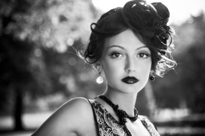 黒髪の美人な女性