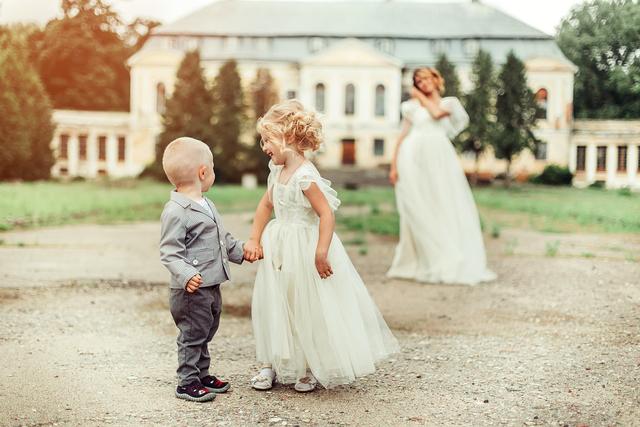 手をつなぐ少年と少女