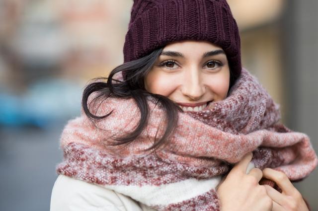 防寒する女性