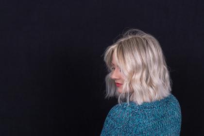 髪の傷んでいる女性