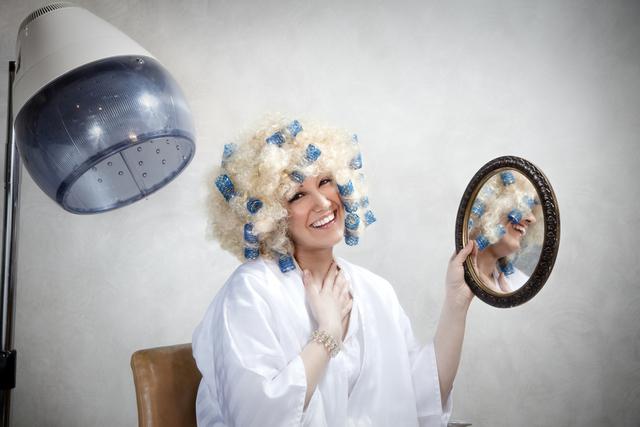 美容室でパーマを掛ける女性