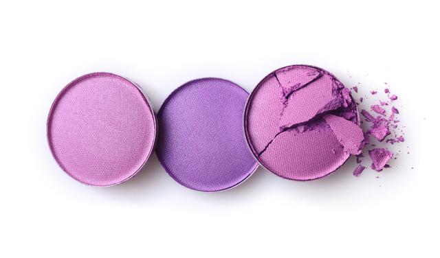 紫のアイシャドウ