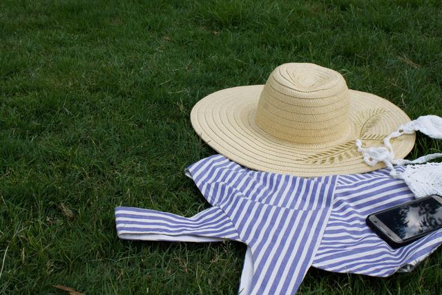 芝生の上の麦わら帽子