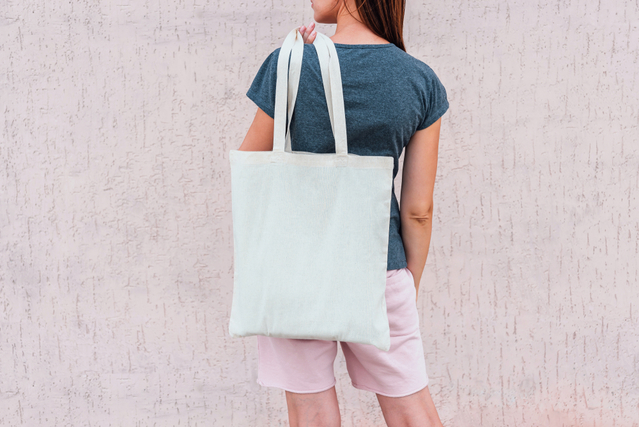バッグを肩にかける女性