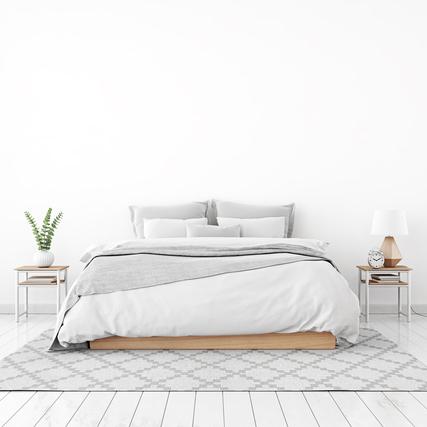 白とグレーでまとめたベッド