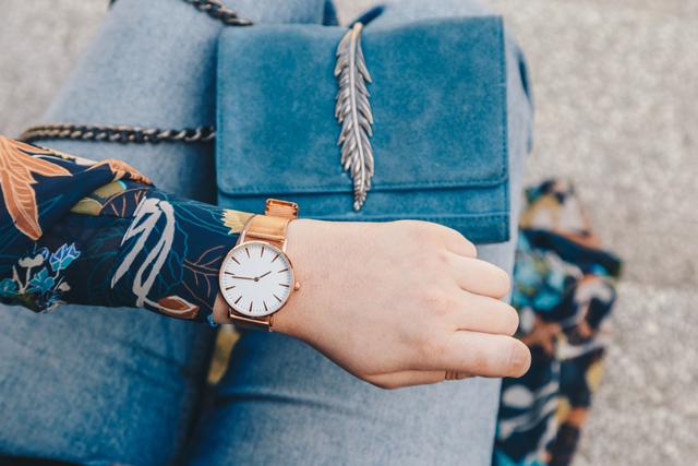 腕時計で時間を確認する女性