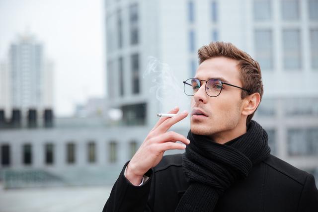 煙草を吸う男性