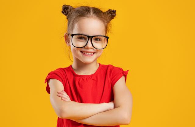 腕組みをする眼鏡を掛けた女の子