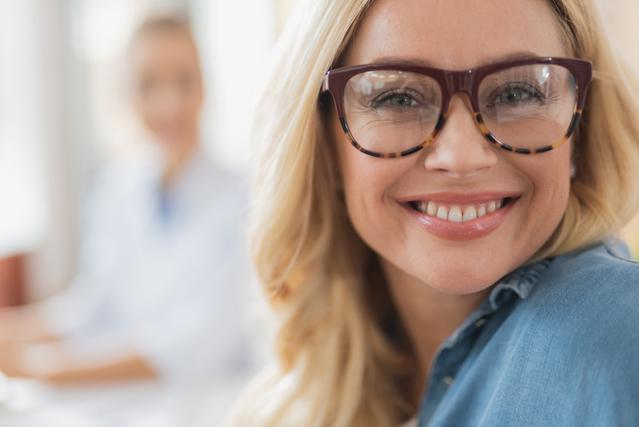 満面の笑みのメガネをかけている女性