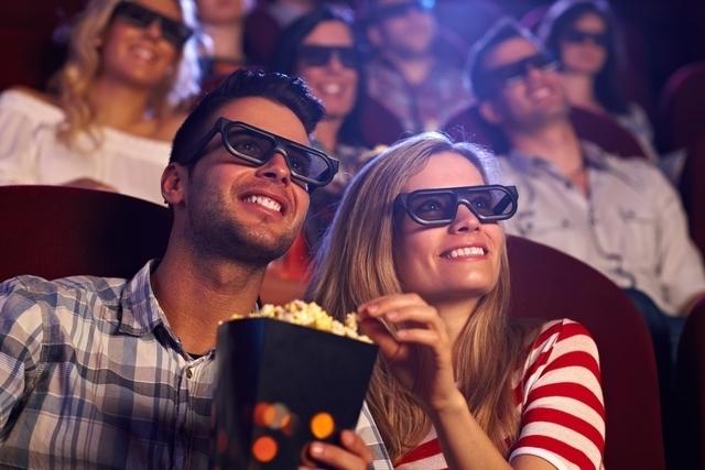 楽しそうに映画を見る男女