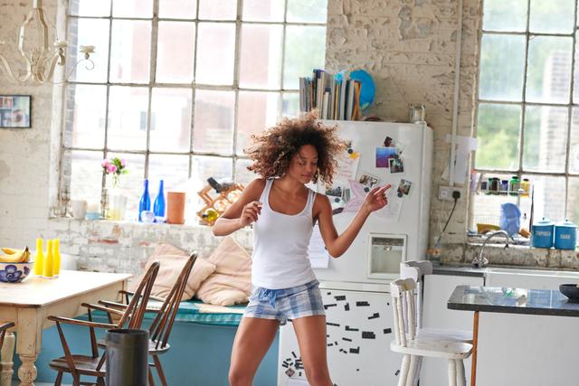 キッチンで踊る女性